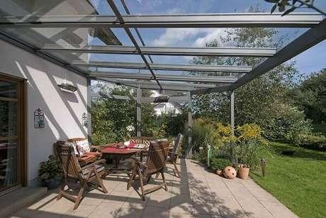 34. Varanda com móveis de madeira e teto de vidro – Fonte: Casa e Festa