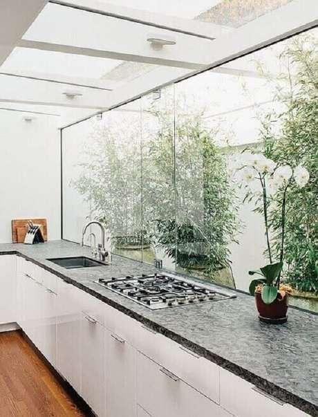 20. Cobertura de vidro comum e móvel de madeira branca – Fonte: Revista Viva Decora