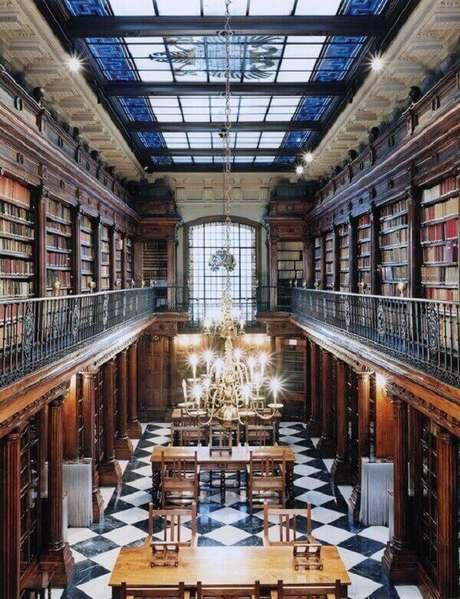21. Cobertura de vidro comum e piso quadriculado frio para biblioteca – Fonte: Revista Viva Decora