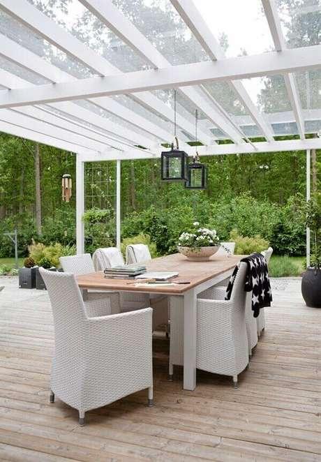 23. Cobertura de vidro feita com pergolado metálico – Fonte: Casas Modernas