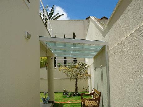 5. Área de lazer pequena com cobertura de vidro temperado – Fonte: Pinterest