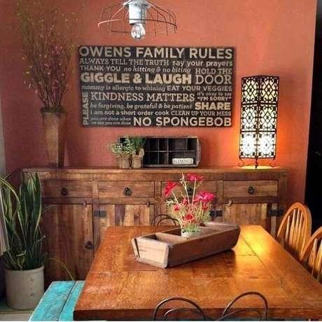 18. Cor de tinta terracota para ambiente rústico decorado com móveis de madeira – Foto: Jeito de Casa