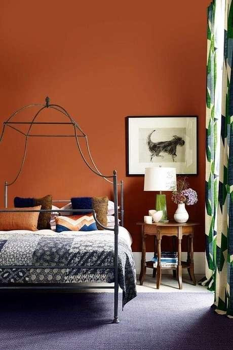 16. Cor de tinta terracota para decoração de quarto de casal com cama de ferro – Foto: House & Garden
