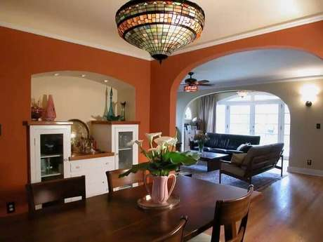 22. Sala de jantar com parede na cor terracota e mesa de madeira – Foto: Pinterest