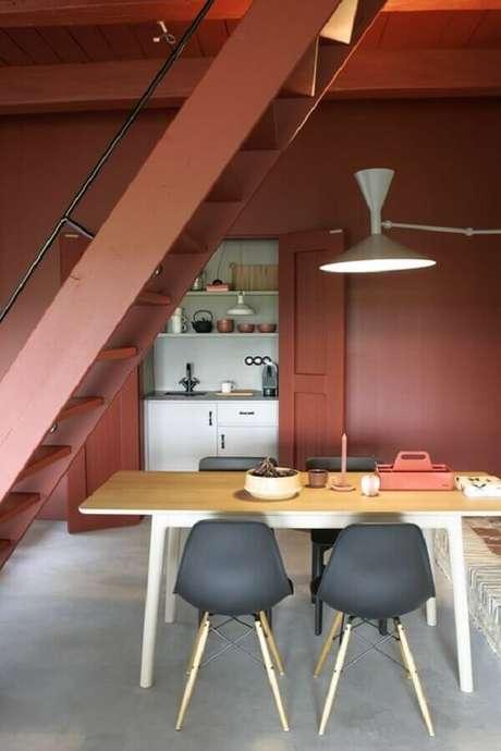 23. Sala de jantar embaixo da escada na cor terracota – Foto: Decorando com a Si