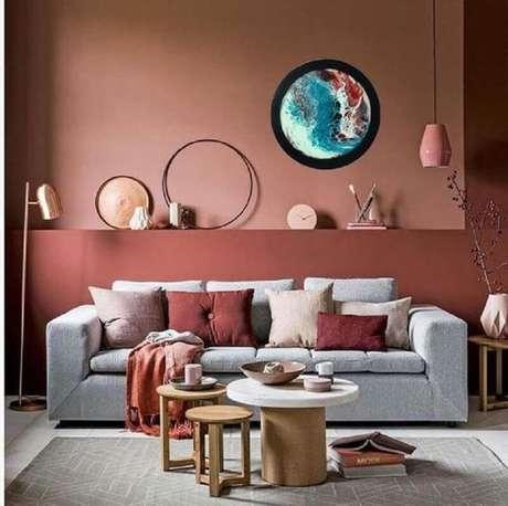 26. Cor terracota para decoração de sala de estar com sofá cinza – Foto: Etsy