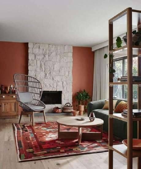28. Cor de tinta terracota para decoração de sala de estar com lareira – Foto: Mil Ideas