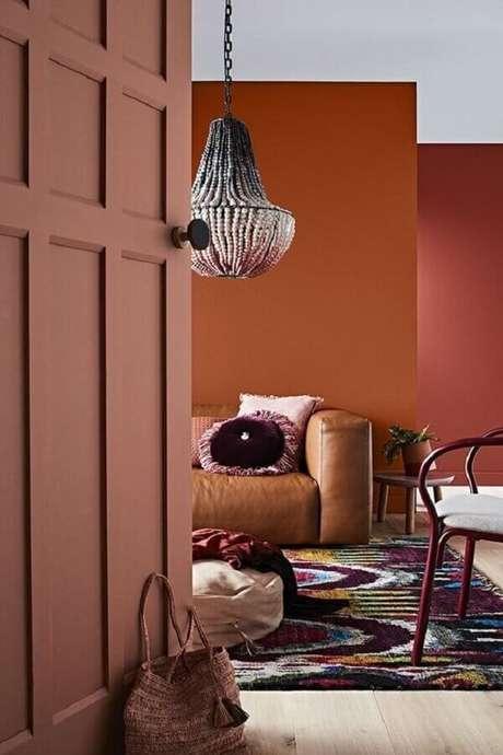 29. Cor terracota para decoração de sala com sofá de couro – Foto: Pinterest