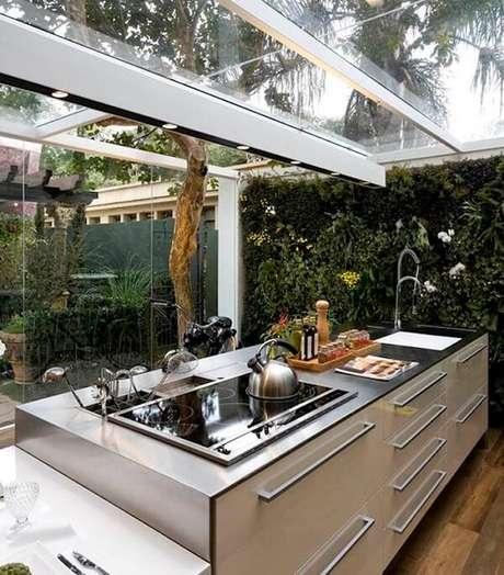 37. Cozinha iluminada com cobertura de vidro e jardim vertical – Fonte: Casa e Festa