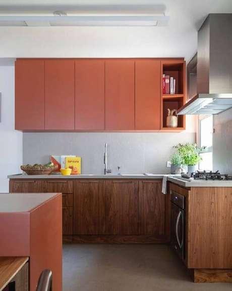 8. Cozinha planejada com armário na cor terracota – Foto: Pinterest