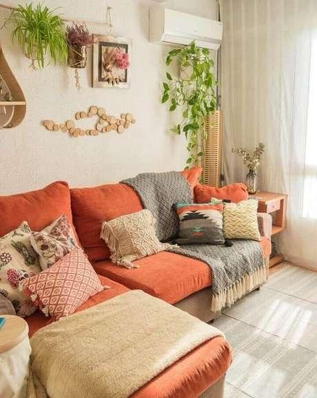 32. Sofá na cor terracota para decoração de sala com estilo escandinavo – Foto: Assetproject