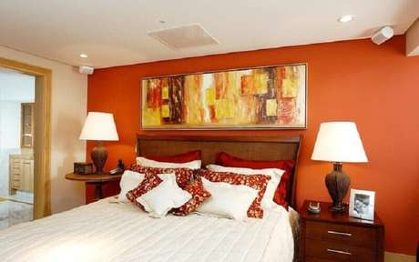 7. Cor de parede terracota para decoração de quarto de casal com móveis de madeira – Foto: Pinterest