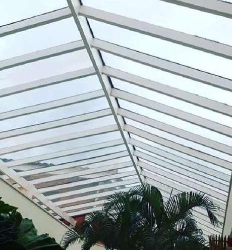 39. Estrutura metálica branca com vidro permite a entrada de luz natural – Fonte: Revista Viva Decora