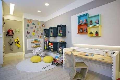 18- Você também pode fazer nichos para quarto reaproveitando gavetas e cestas de frutas. Fonte: Lorrayne Zucolotto