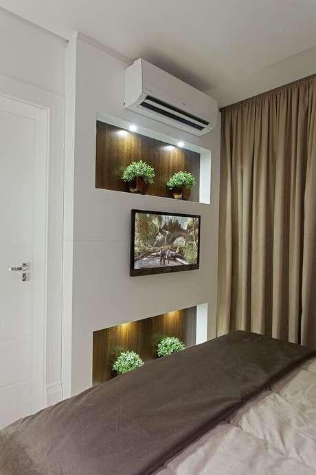 21- Os nichos para quarto de casal têm iluminação interna e vasos decorativos. Fonte: Iara Kilaris