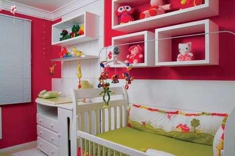 28- Os nichos para quarto de bebê contrastam com a cor da parede. Fonte: ConstruindoDecor