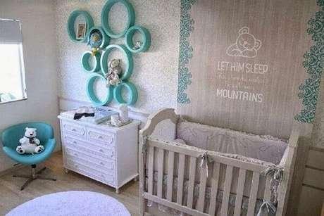 30- Os nichos para quarto de bebê na cor azul turquesa contrasta com os tons pasteis da decoração. Fonte: ConstruindoDecor