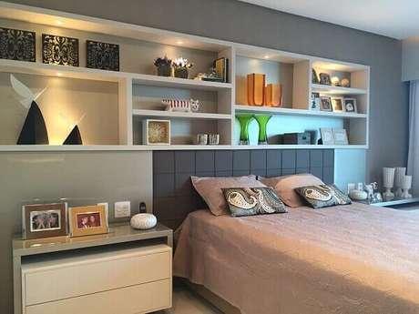1- Os nichos para quarto de casal tem iluminação embutida para dispensar o uso de abajur. Fonte: Pinterest