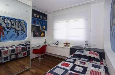 43- Os nichos para quarto sobre a escrivaninha guardam os brinquedos e livros. Fonte: Erica Salgueiro