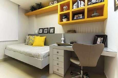45- Os nichos para quarto amarelos realçam a decoração cinza. Fonte: ConstruindoDecor