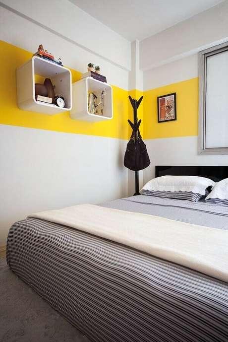 44- Sobre a faixa amarela os dois nichos brancos decoram o quarto de casal moderno. Fonte: Ana Carolina Campos França