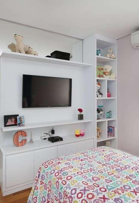 50- Os nichos para quarto infantil ocupam toda a parede oposta à cama. Fonte: Renata Cáfaro