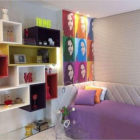 70- Nichos para quarto de adolescente recebem acabamento colorido. Fonte: Casar É…