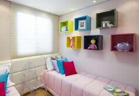 58- Os nichos para quarto quadrados e coloridos completam a decoração do dormitório. Fonte: Tudo Construção
