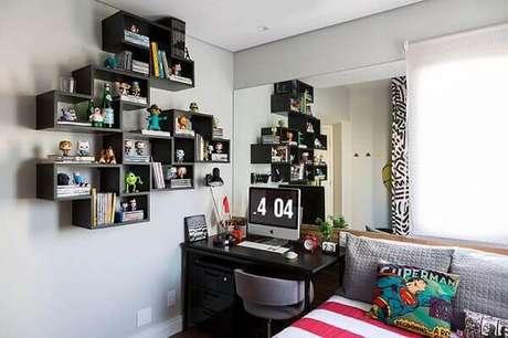 64- Os nichos para quarto pretos têm formas retas e foram fixados de maneira irregular. Fonte: Pinterest