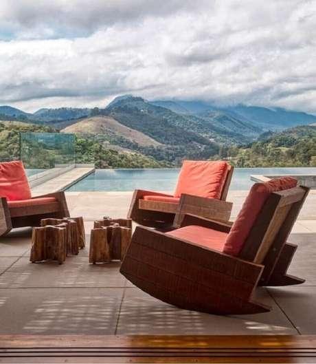 40. Poltronas de madeira com estofado na cor terracota para área externa – Foto: Sadala & Gomide Arquitetura