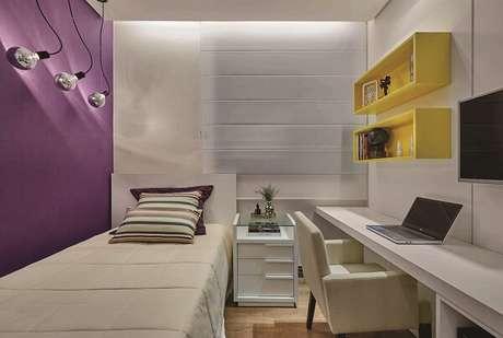 76- Nichos para quarto em tom amarelo decoram o cômodo. Projeto por Amis Arquitetura & Design