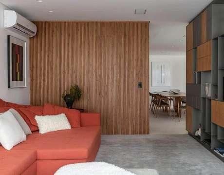44. Sala de estar moderna decorada com sofá na cor terracota – Foto: Sala2 Arquitetura e Design