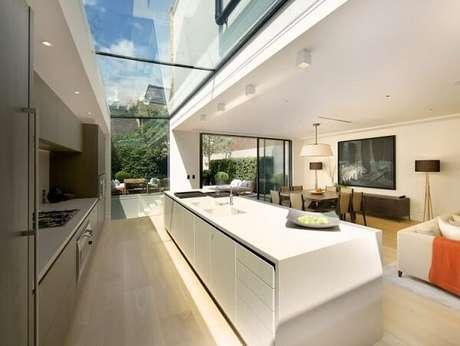 44. O vidro no teto traz sofisticação e elegância para o ambiente – Fonte: Vidrado