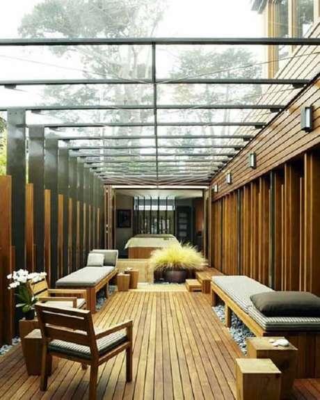 48. Terraço amadeirado com cobertura de vidro – Fonte: Sua Decoração