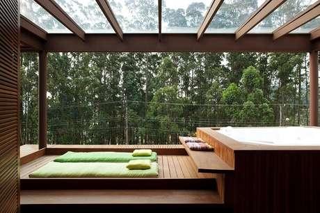49. Varanda com cobertura de madeira e vidro – Fonte: Uol