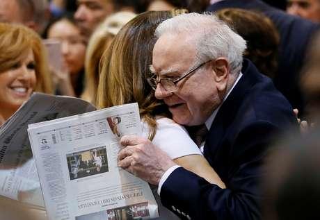 Warren Buffett, CEO da Berkshire Hathaway, com um jornal em mãos durante evento em Omaha, Nebraska (EUA)  06/05/2017 REUTERS/Rick Wilking