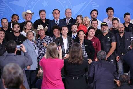 Bolsonaro com sertanejos
