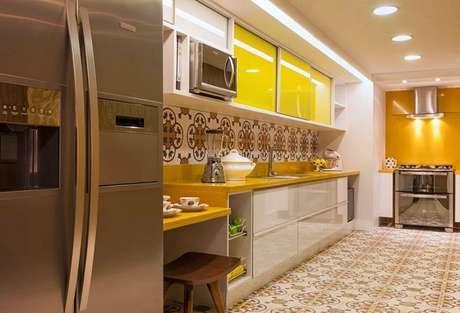 12- As cores para cozinha em amarelo contribuem para a inspiração no ambiente.