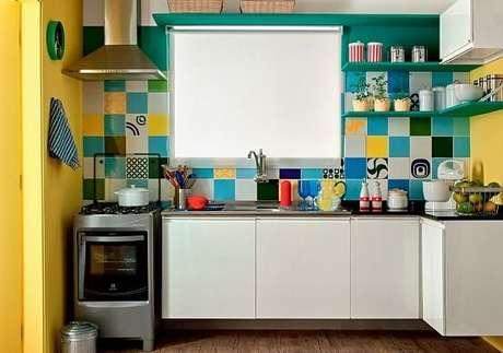 20. O tom amarelo harmoniza perfeitamente com os azulejos coloridos, use como cores para cozinha.