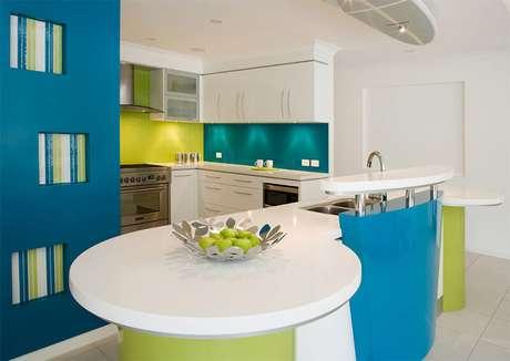16. Você pode utilizar diferentes cores para cozinha para harmonizar com sua decoração.