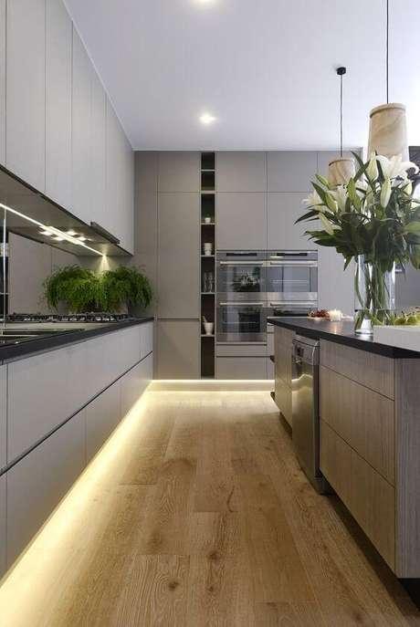 70. Cores para cozinha com armário cinza – Via: Revista VD