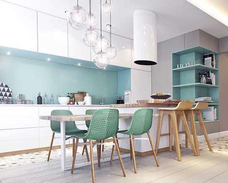 21. O tom azul claro na parede, no armário e nos móveis completam a decoração de cores para cozinha.