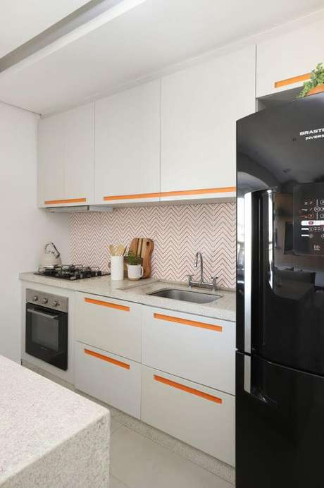 73. Cores para cozinha com branco e laranja – Via: Studio Canto Arquitetura
