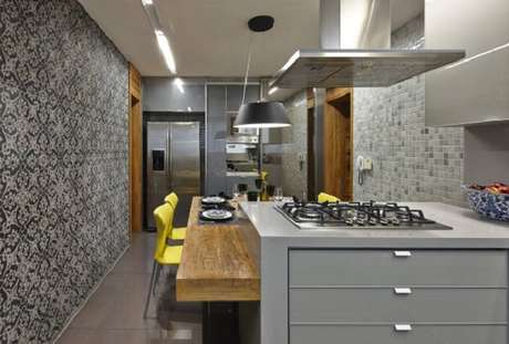 13. Cores para cozinha cinza com cadeiras coloridas.