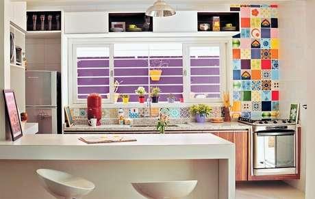 23. Cores para cozinha com parede neutra de cozinha contrastam com o revestimento colorido.