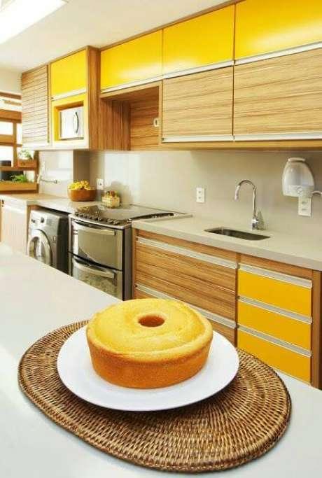76. Cores para cozinha com armário de madeira e amarelo – Foto: Arquitetura do Imóvel