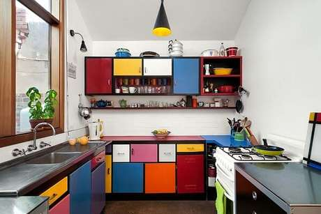 24. Cores para cozinha na cor branca com móveis coloridos.