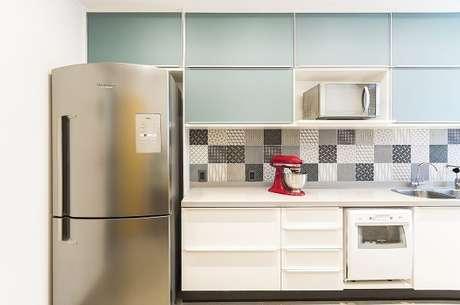 25. Cores para parede de cozinha combinam com o revestimento. Aposte em lindas cores para cozinha!