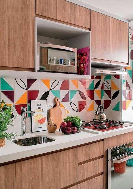 41. Cores para cozinha com revestimento colorido – Foto: Minha casa Abril