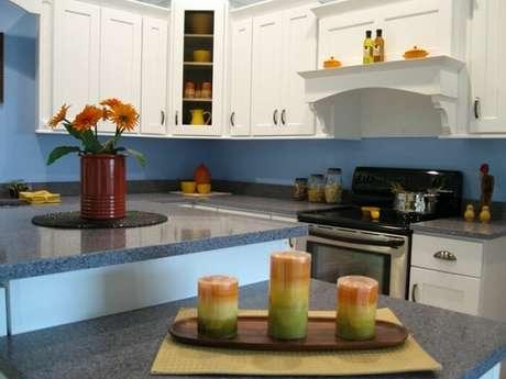 36. Cores para cozinha com pedra da mesma cor da parede.